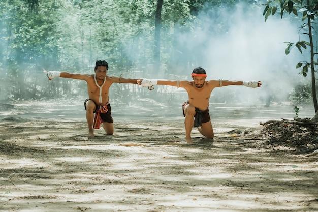 Artes marciais de muay thai, boxe tailandês.