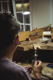 Artesã segurando o maçarico