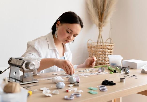 Artesã trabalhando com argila no ateliê