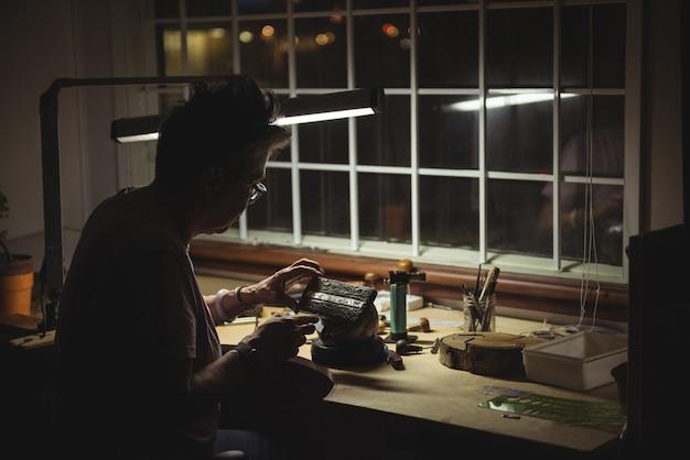 Artesã trabalhando na oficina