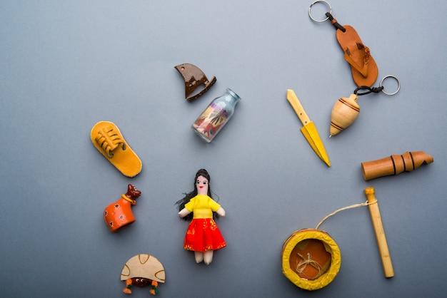 Artesanato e lembranças do nordeste do brasil em fundo cinza neutro