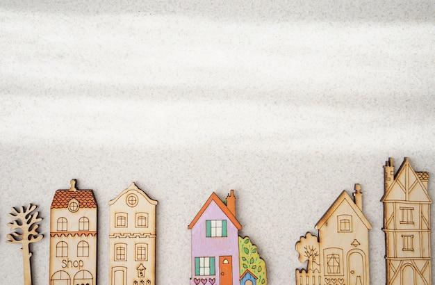 Artesanato em madeira em forma de casas. cidade de brinquedo