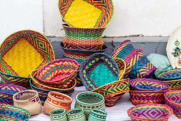 Artesanato indígena feito pelos nativos de paraty Foto Premium