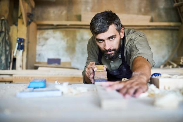 Artesão bonito planing plank