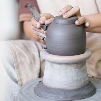 Artesão mãos fazendo panela de barro