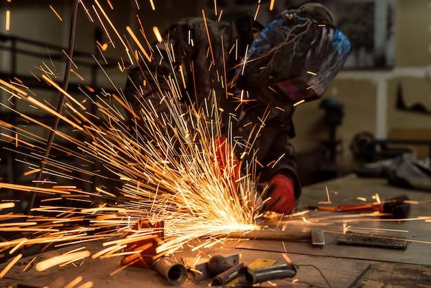 Artesão serrar metal, brilha em torno da oficina