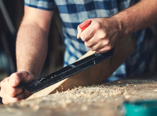 Artesão trabalhando com madeira