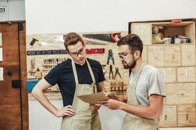 Artesãos examinando papéis juntos