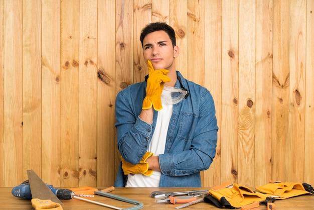 Artesãos homem sobre madeira pensando uma idéia