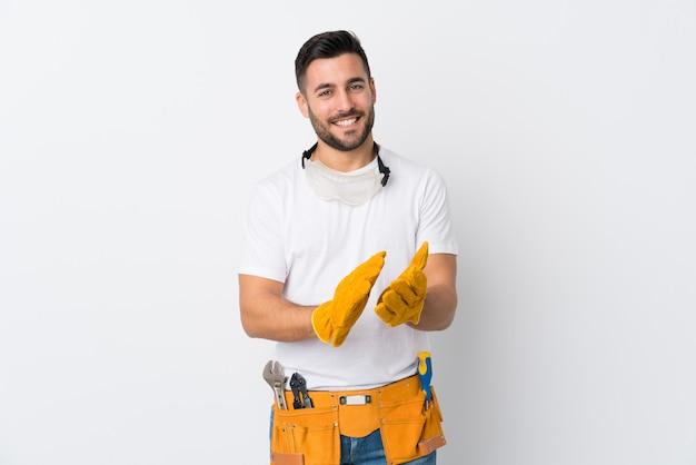 Artesãos ou eletricista homem isolado aplaudindo parede branca
