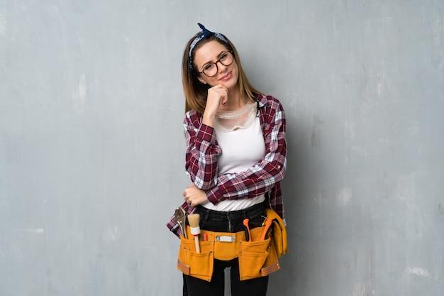 Artesãos ou mulher eletricista com óculos e sorrindo