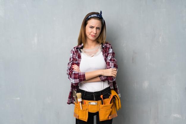 Artesãos ou mulher eletricista sentindo chateado