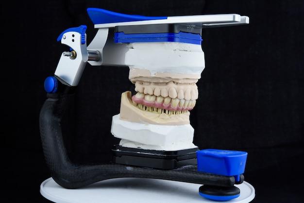 Articulador em laboratório dentário