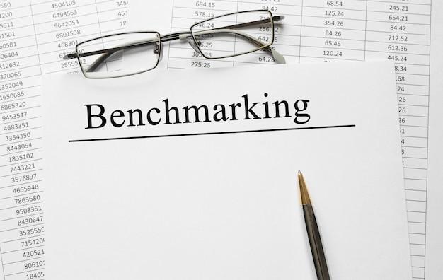 Artigo com benchmarking sobre uma mesa, conceito de negócio