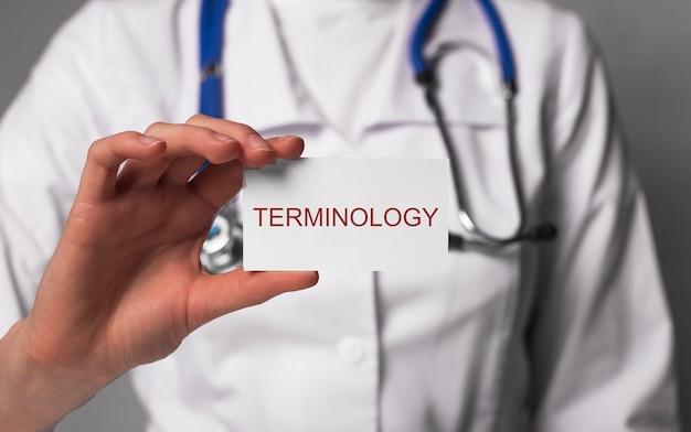 Artigo de terminologia médica no conceito de vocabulário e termos de medicina de mãos de médico