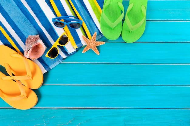Artigos da praia acima de um piso azul