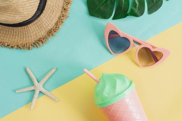 Artigos de acessórios femininos em fundo de cores pastel, conceito de férias de verão
