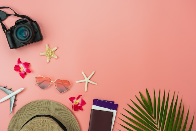 Artigos de comida de vista de topo de tabela de viagens férias de verão e conceito de fundo de férias