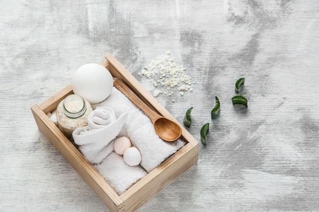 Artigos de cuidados da pele do spa em caixa de madeira.