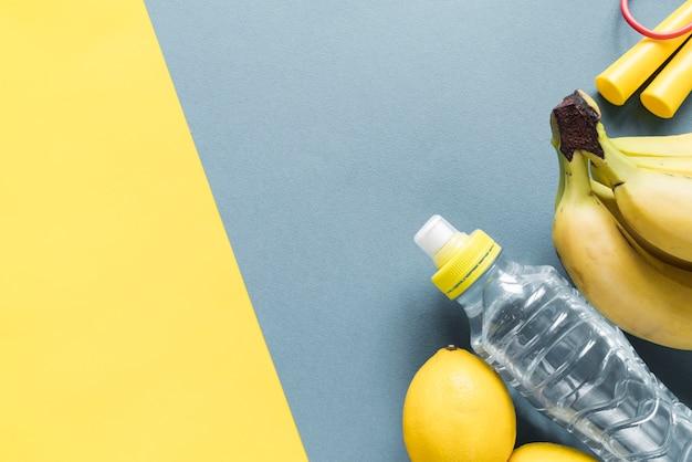 Artigos de fitness em plano de fundo multicolorido