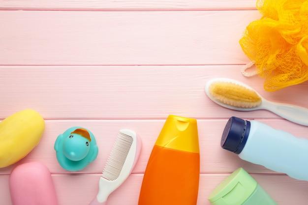 Artigos de higiene para bebé. gel de banho de bebê com espaço de cópia
