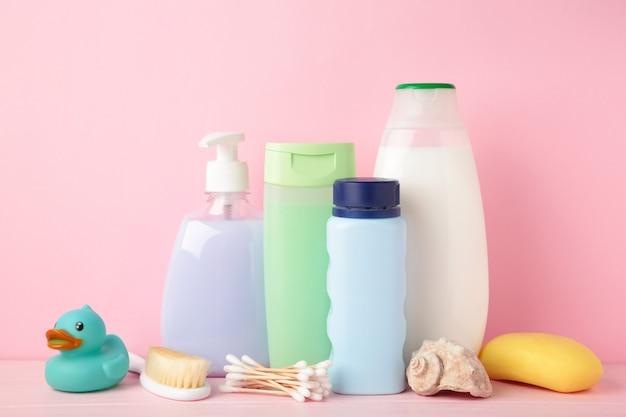 Artigos de higiene para bebé. gel de banho de bebê. vista do topo