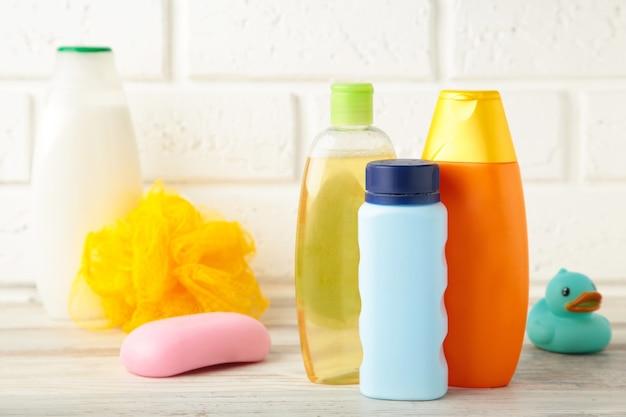Artigos de higiene para bebé na parede clara. gel de banho de bebê. vista do topo