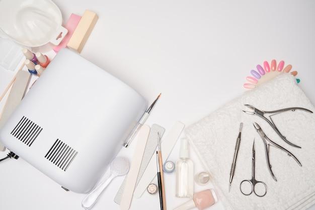 Artigos de manicure e pedicure - lâmpada de secagem de esmalte, lixa de unha, tesouras e escovas