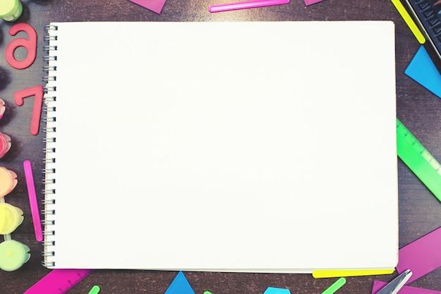 Artigos de papelaria ajustados para a tabela mentirosa do caderno da escola espaço da cópia da vista superior conceito de volta à escola