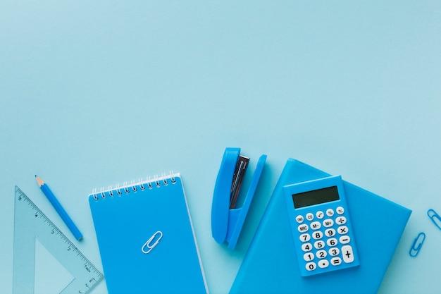 Artigos de papelaria azul com espaço de cópia