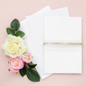 Artigos de papelaria bonito do casamento com rosas