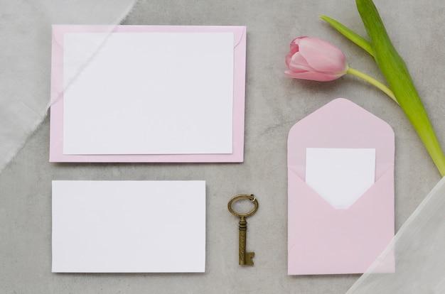 Artigos de papelaria bonitos do casamento com tulipa