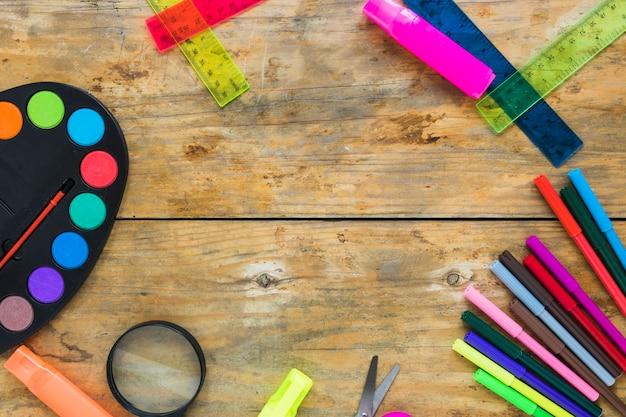 Artigos de papelaria coloridos colocados em círculo