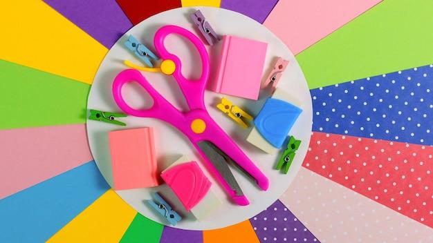 Artigos de papelaria coloridos da escola. de volta ao conceito de educação escolar.