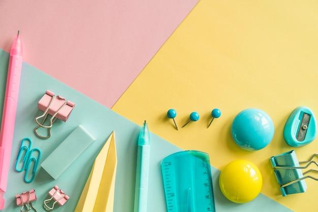 Artigos de papelaria coloridos no fundo colorido