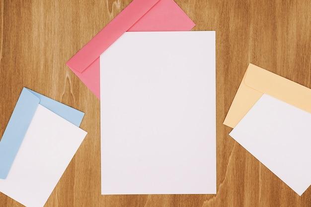Artigos de papelaria com envelopes e papéis