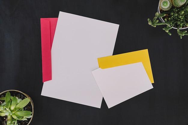 Artigos de papelaria com envelopes
