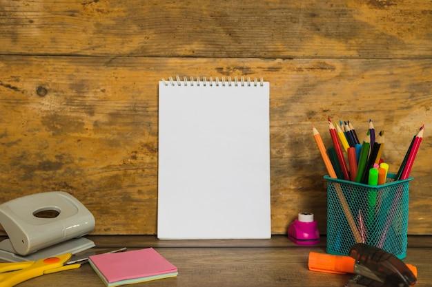 Artigos de papelaria com notebook no meio