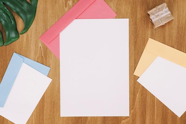 Artigos de papelaria com três envelopes e papéis