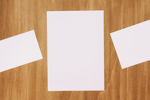 Artigos de papelaria com três papéis
