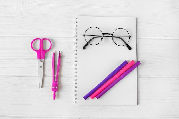 Artigos de papelaria cor-de-rosa e roxos para a faculdade criadora.