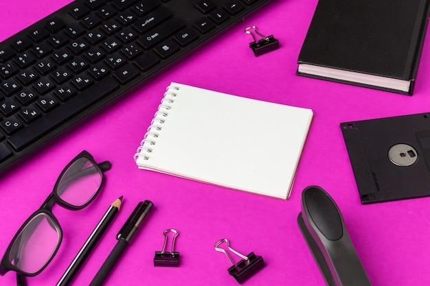 Artigos de papelaria da escola em um rosa. de volta aos materiais criativos da escola