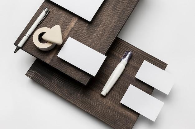 Artigos de papelaria de alta visibilidade em suporte moderno de madeira