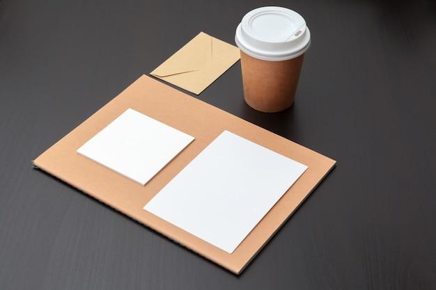 Artigos de papelaria de café, branding mock-up, com traçado de recorte
