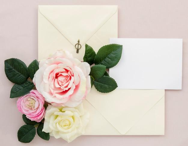Artigos de papelaria de casamento com lindas rosas