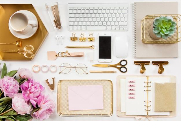 Artigos de papelaria de escritório bem organizados