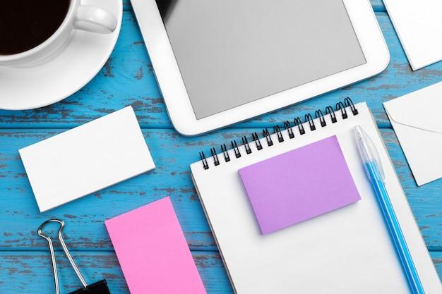 Artigos de papelaria de marca na mesa azul