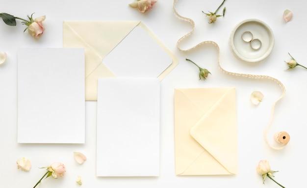 Artigos de papelaria do casamento da vista superior
