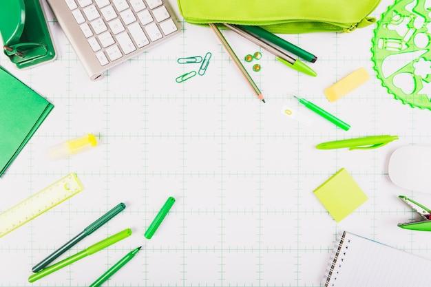 Artigos de papelaria do escritório espalhados na mesa