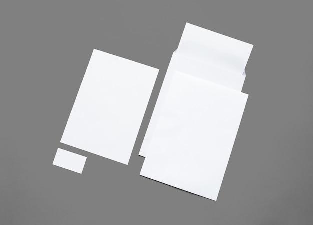 Artigos de papelaria do livro branco isolados no branco. ilustração com envelopes em branco, papel timbrado e cartões para mostrar sua apresentação.